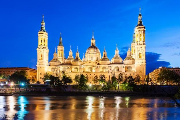 De kathedraal basiliek van onze lieve vrouw van de pijler is een rooms-katholieke kerk in de stad zaragoza in de regio aragon in spanje