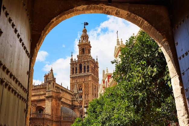De kathedraal giralda van sevilla toren andalusia spanje