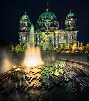 De kathedraal van berlijn met feestelijke verlichting