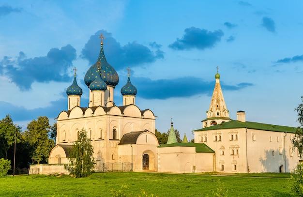 De kathedraal van de geboorte van de theotokos in het kremlin van suzdal, de gouden ring van rusland