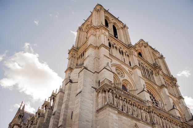 De kathedraal van notre dame de paris. notre dame de paris is een middeleeuwse katholieke kathedraal aan de le de la cit in het vierde arrondissement van parijs.