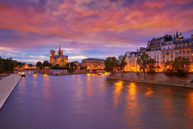 De kathedraal van notre dame parijs bij zegen