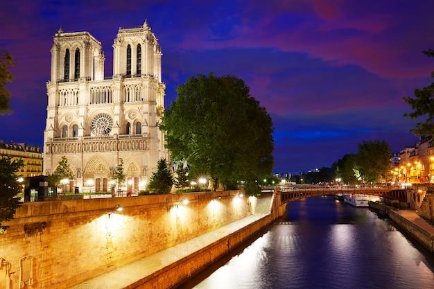 De kathedraalzonsondergang van notre dame in parijs frankrijk