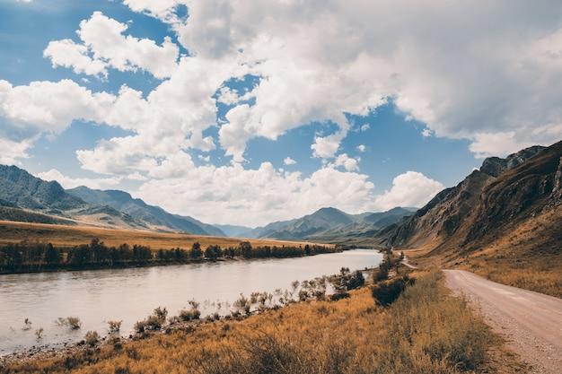 De katun-rivier stroomt tussen de bergen en heuvels.