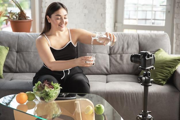 De kaukasische bloggervrouw maakt vlog hoe te diëten en gewicht te verliezen.