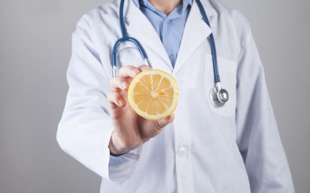 De kaukasische citroen van de artsenholding gezonde voeding