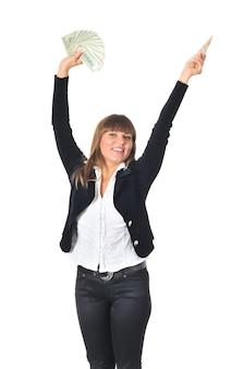 De kaukasische witte jonge donkerbruine vrouw die in een zwarte broek en een witte blouse draagt stelt