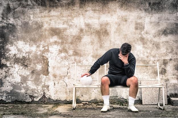De keeper van het voetbalvoetbal voelt wanhopig na sportmislukking
