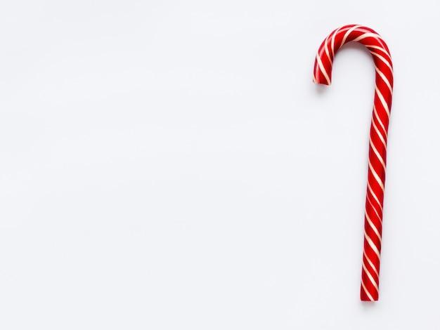 De kegel van het kerstmissuikergoed op wit