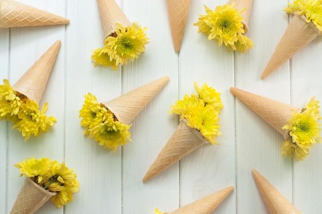 De kegels van de roomijswafel met bloemen
