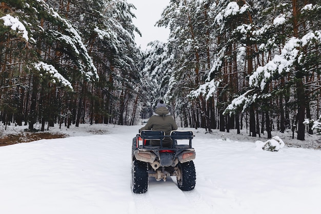 De kerel berijdt een motorfiets in een sneeuwweer