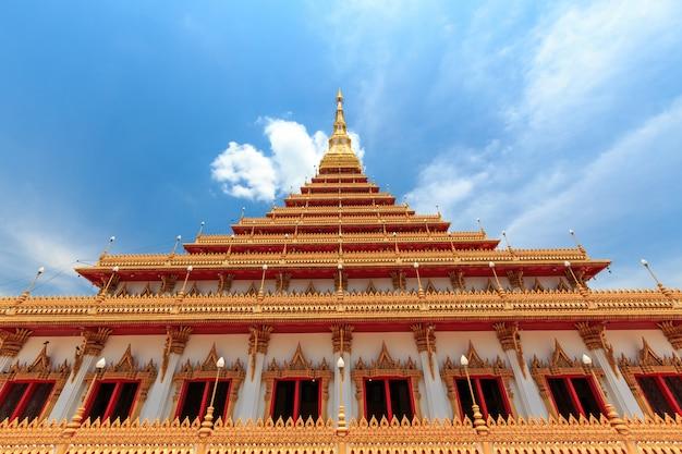 De kerk heeft een prachtige gouden kleur in de tempel phra mahathat of wat nong wang. khon kaen, thailand