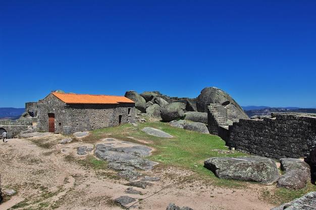 De kerk in het dorp monsanto in portugal