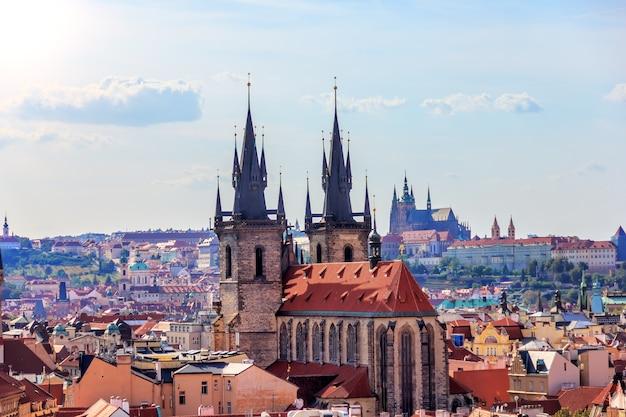 De kerk van moeder gods voor tyn op het oude stadsplein, uitzicht vanaf de kruittoren.