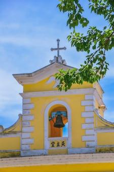 De kerk van st. francis xavier in het charmante dorpje coloane in macao