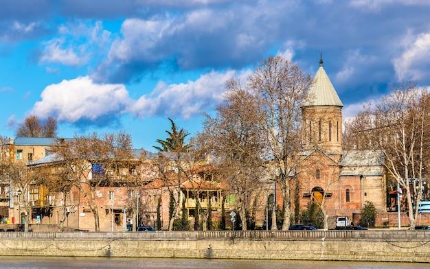 De kerk van st. nicholas aan de oever van de rivier kura in tbilisi