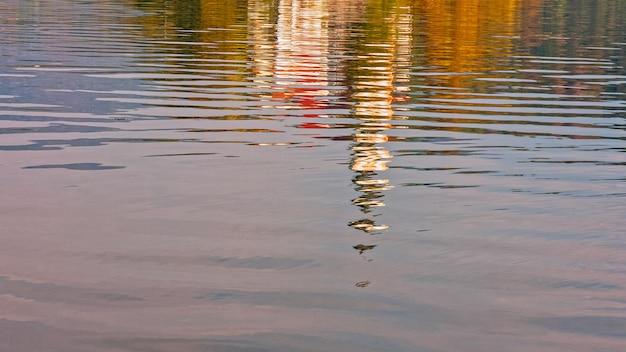 De kerk weerspiegelde zich in het water van het bladmeer