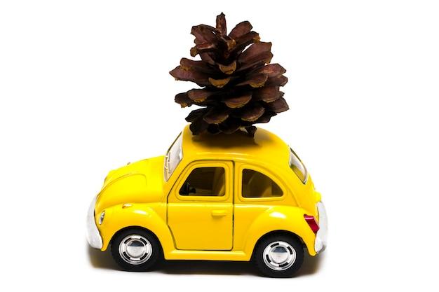 De kerstbuil op speelgoed retro auto. kerst vakantie viering concept.