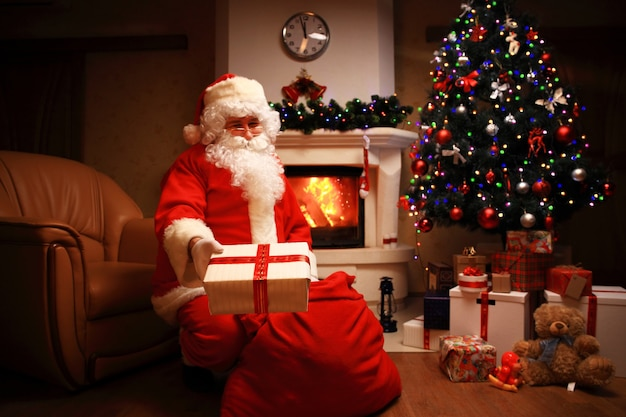 De kerstman bracht cadeautjes mee voor kerstmis en rustte uit bij de open haard. huisdecoratie