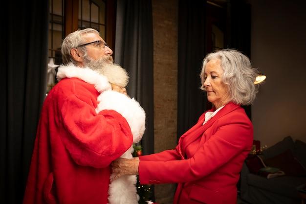 De kerstman die klaar voor kerstmis wordt