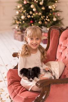 De kerstman gaf het meisje een hond voor kerstmis. kerstverhaal. gelukkige jeugd. eerste huisdier.
