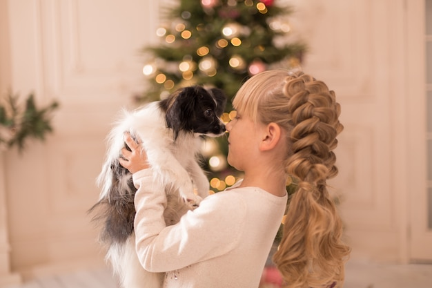 De kerstman gaf het meisje een hond voor kerstmis