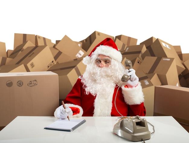 De kerstman is klaar om alle cadeaus voor kerstavond te luisteren.
