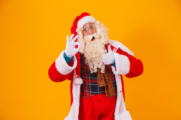 De kerstman met de duim omhoog geeft een duim omhoog ok