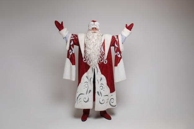 De kerstman steekt zijn handen op