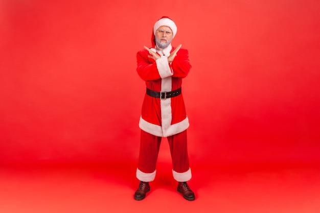 De kerstman toont x-teken met gekruiste handen, wat betekent stop, dit is het einde.