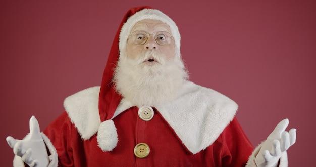 De kerstman verbaast en is het er niet mee eens. sinterklaas ruzie. niet geaccepteerd. cadeau verzoeken. erg duur cadeau.