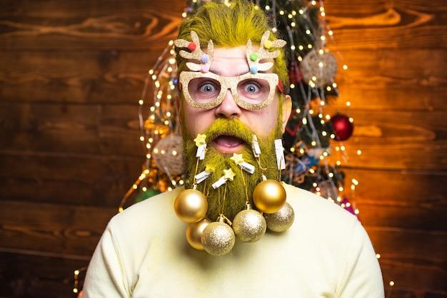 De kerstman wenst prettige kerstdagen. vrolijk kerstfeest en een gelukkig nieuwjaar. nieuwe jaarmode kleding