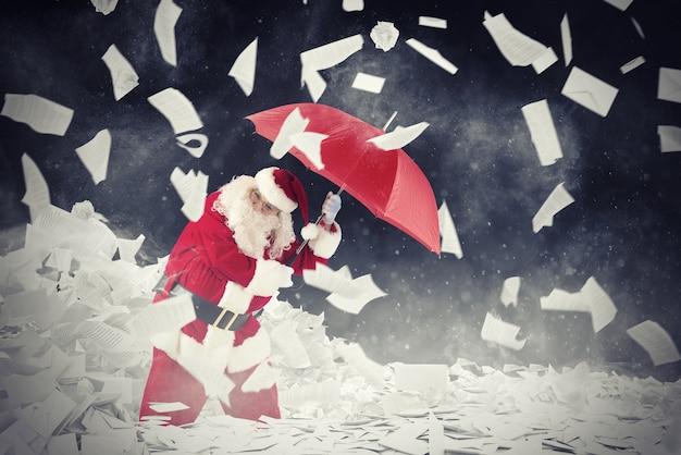 De kerstman wordt beschermd door gevraagde brievengeschenken met paraplu. 3d-weergave