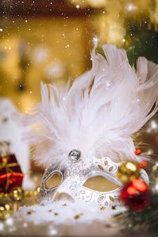 De kerstmisdecoratie op abstracte gouden achtergrond, sluit omhoog