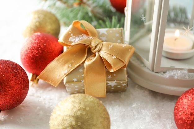 De kerstmislantaarn op verfraaide lijst, sluit omhoog