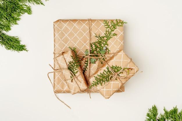 De kerstmissamenstelling met kerstmisgift, hoogste mening, vlakte, kopieert ruimte
