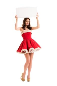 De kerstmisvrouw houdt grote witte kaart