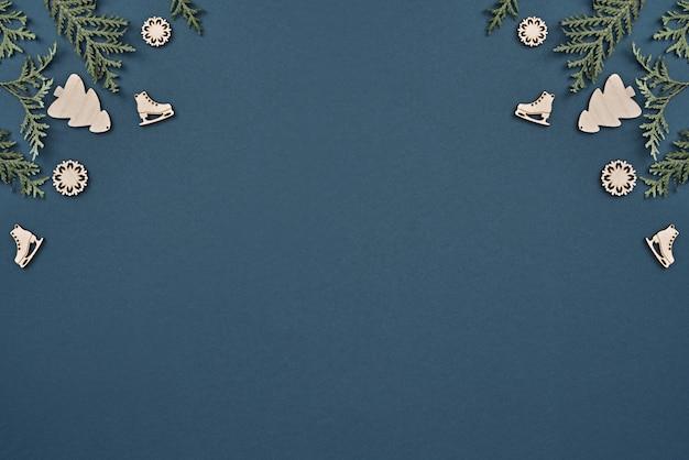 De kerstversiering op blauwe achtergrond