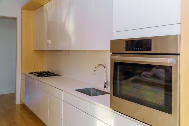 De keukenmening van de huisverbetering die in een nieuwe keukenkast wordt geïnstalleerd