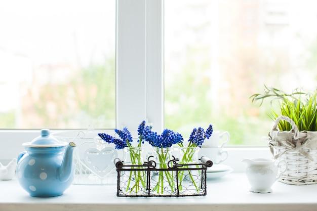 De keukenvensterbank in de ochtend met muscari bloemen