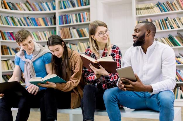 De keuze tussen papieren boeken en onderwijs met elektronische gadgets.