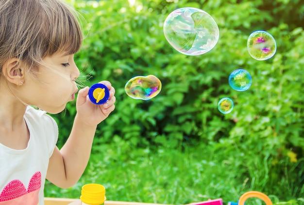 De kinderen blazen bubbels. selectieve aandacht.