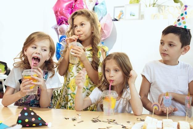 De kinderen en verjaardagsdecoratie.