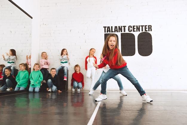 De kinderen op de dansschool. ballet, hiphop, street, funky en moderne dansers