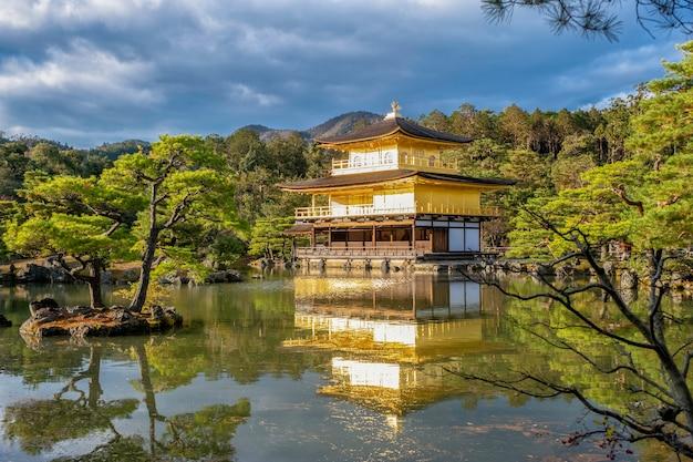 De kinkakuji-tempel met een prachtige vijver in zen-stijl en bos in de herfst