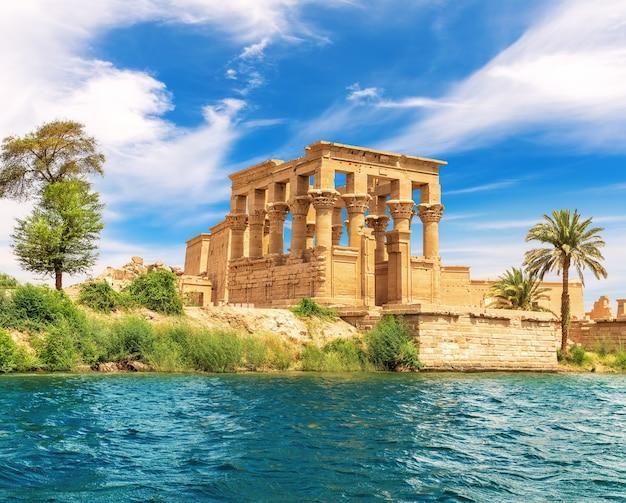 De kiosk van trajanus of het bed van de farao van de philae-tempel, uitzicht vanaf de nijl, aswan, egypte