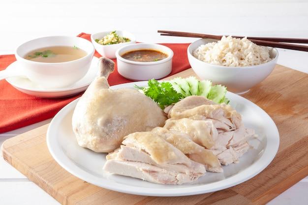 De kippenrijst van hainanese, gestoomde kip met rijst, khao mun kai op houten achtergrond