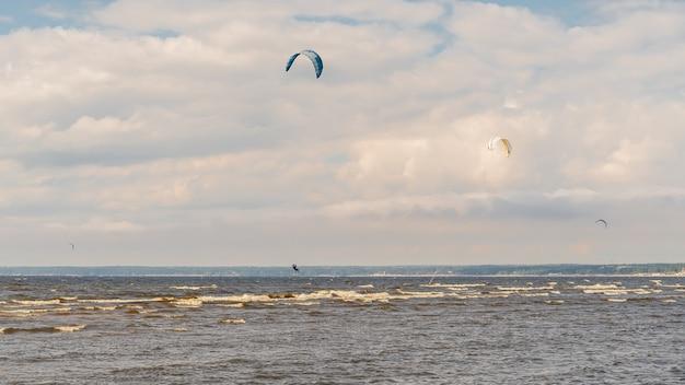De kitesurfer rijdt op de golven van de baai natuurlijk licht