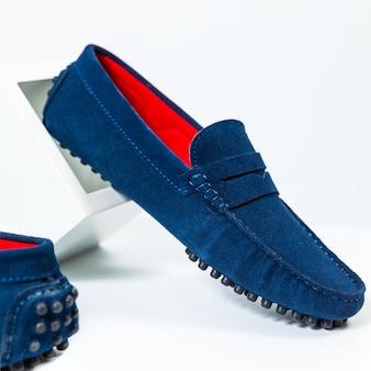De klassieke blauwe schoenen van mensen sluiten omhoog