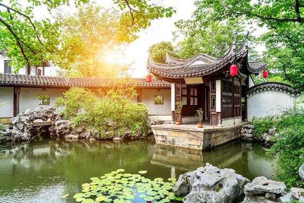De klassieke tuin van suzhou, china, is een model van tuinkunst van de oosterse beschaving.